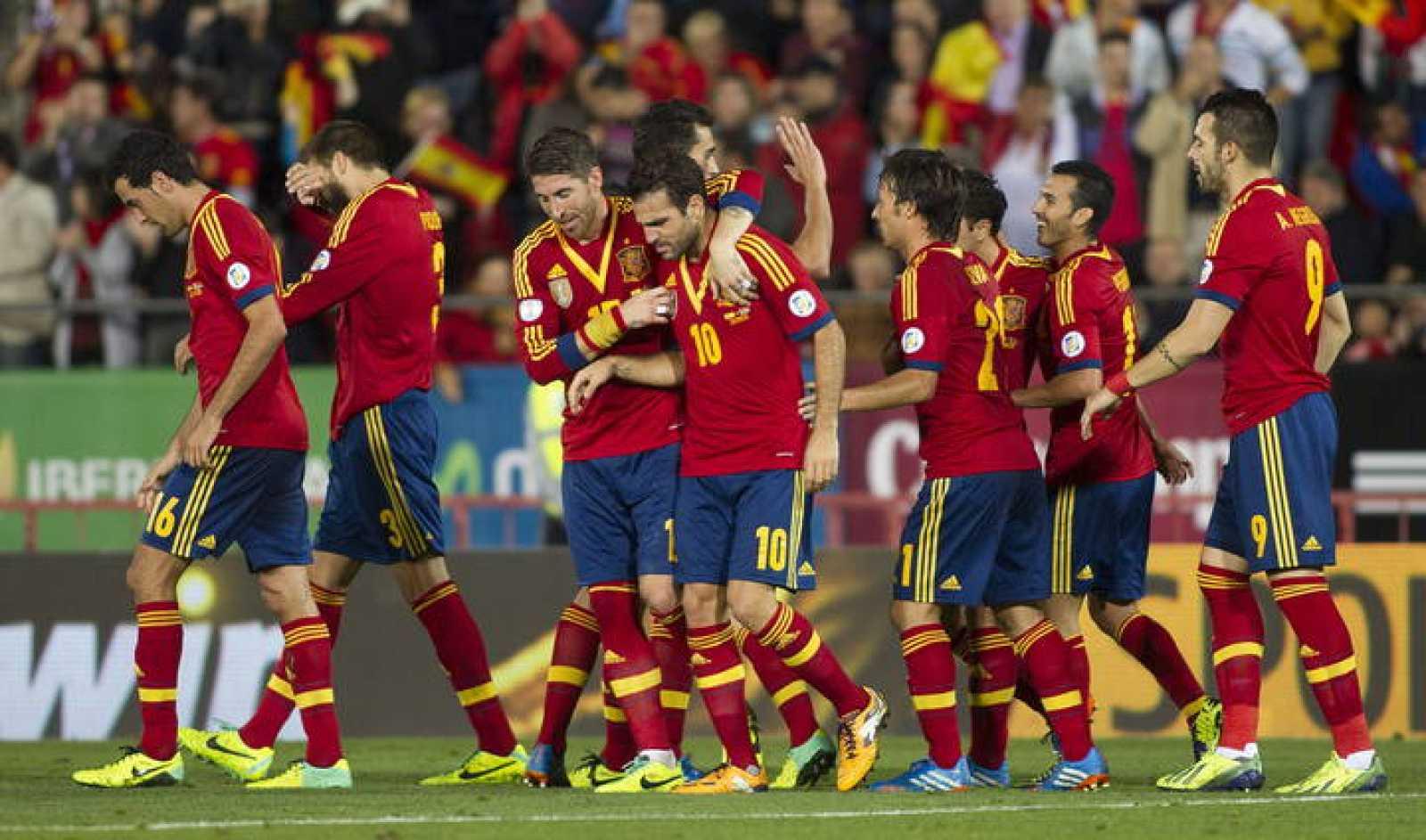 Los jugadores de la selección española celebran el primer gol del equipo, conseguido por Xavi Hernández