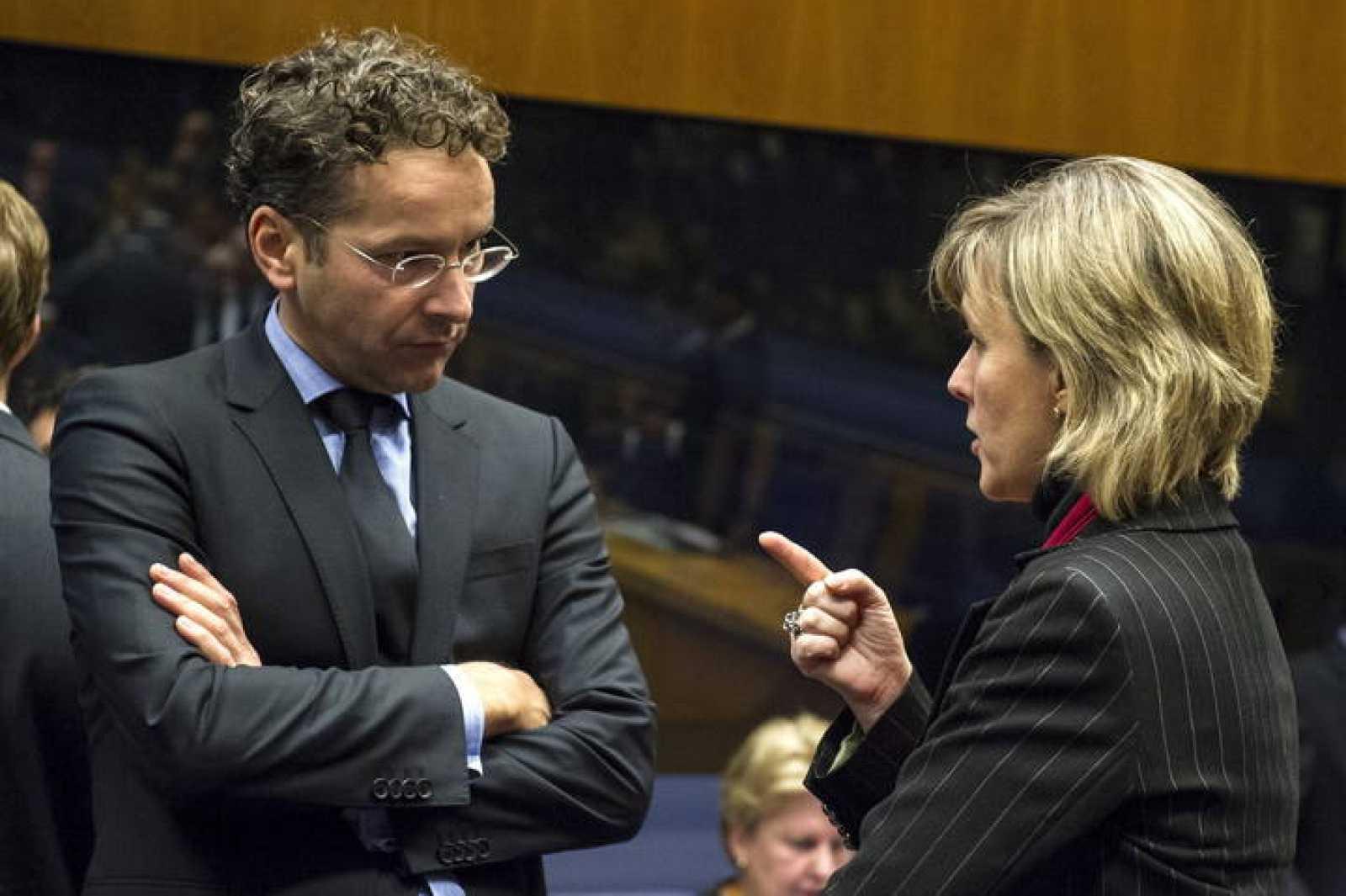 El ministro de Finanzas holandés y presidente del Eurogrupo, Jeroen Dijsselbloem, conversa con la ministra de Finanzas lusa, Maria Luís Albuquerque