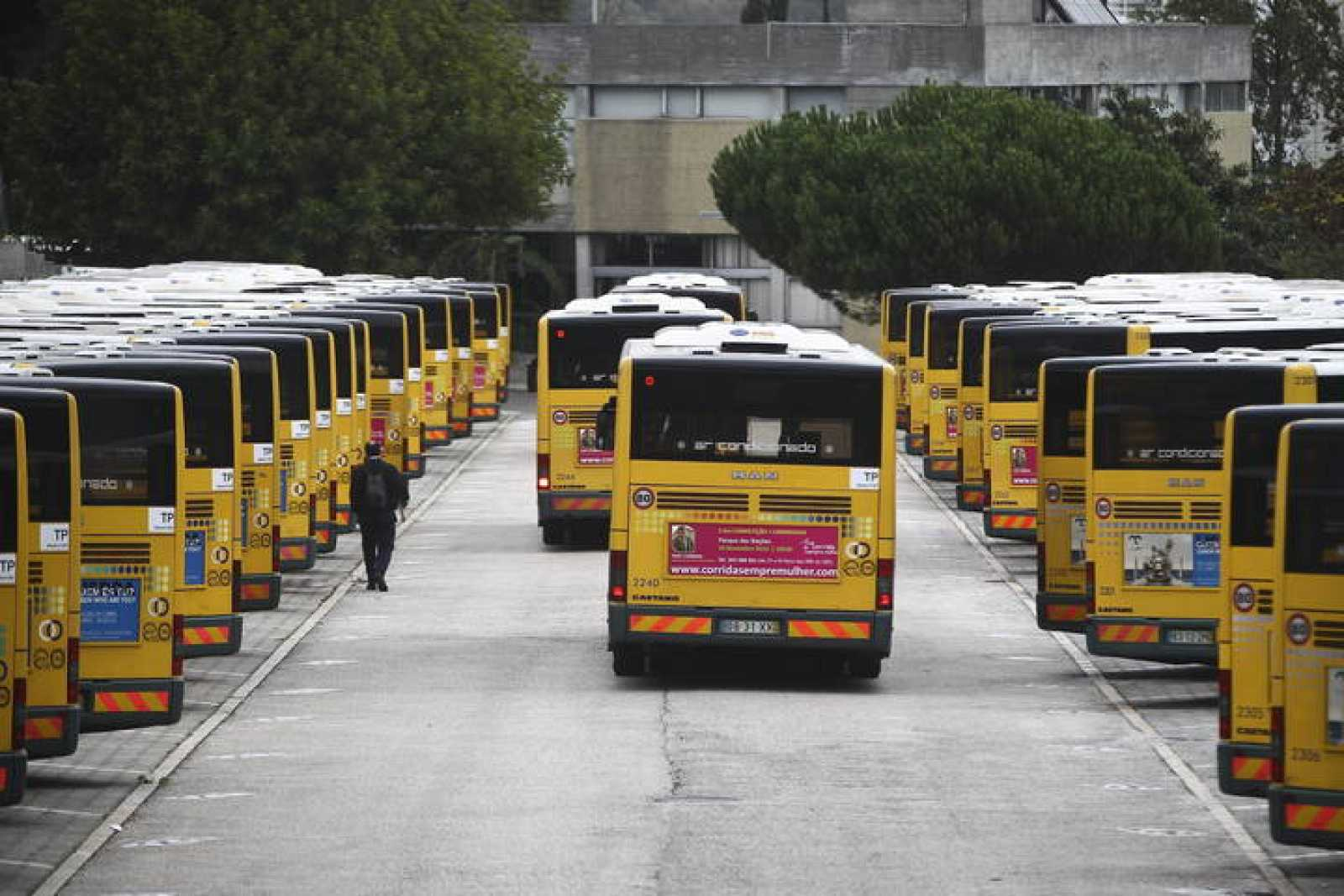 Autobuses de la empresa pública Carris permanecen estacionados en la estación de Miraflores en Lisboa