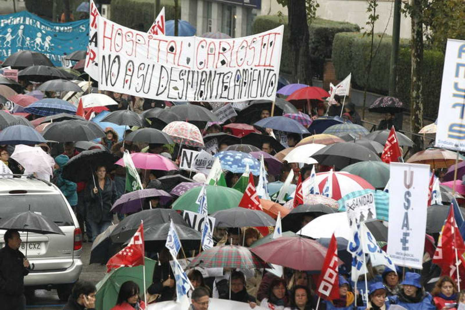 Alrededor de 500 personas, se han reunido, bajo la lluvia, para participar en una nueva marcha.