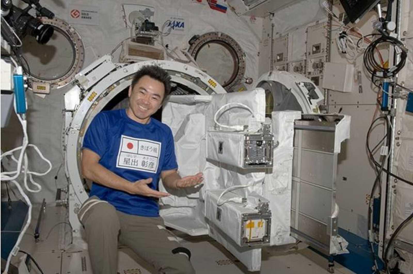 Aki Hoshide muestra el SSOD de la Estación Espacial Internacional ya cargado con los CubeSats FITSAT-1, F-1, y TechEdSat