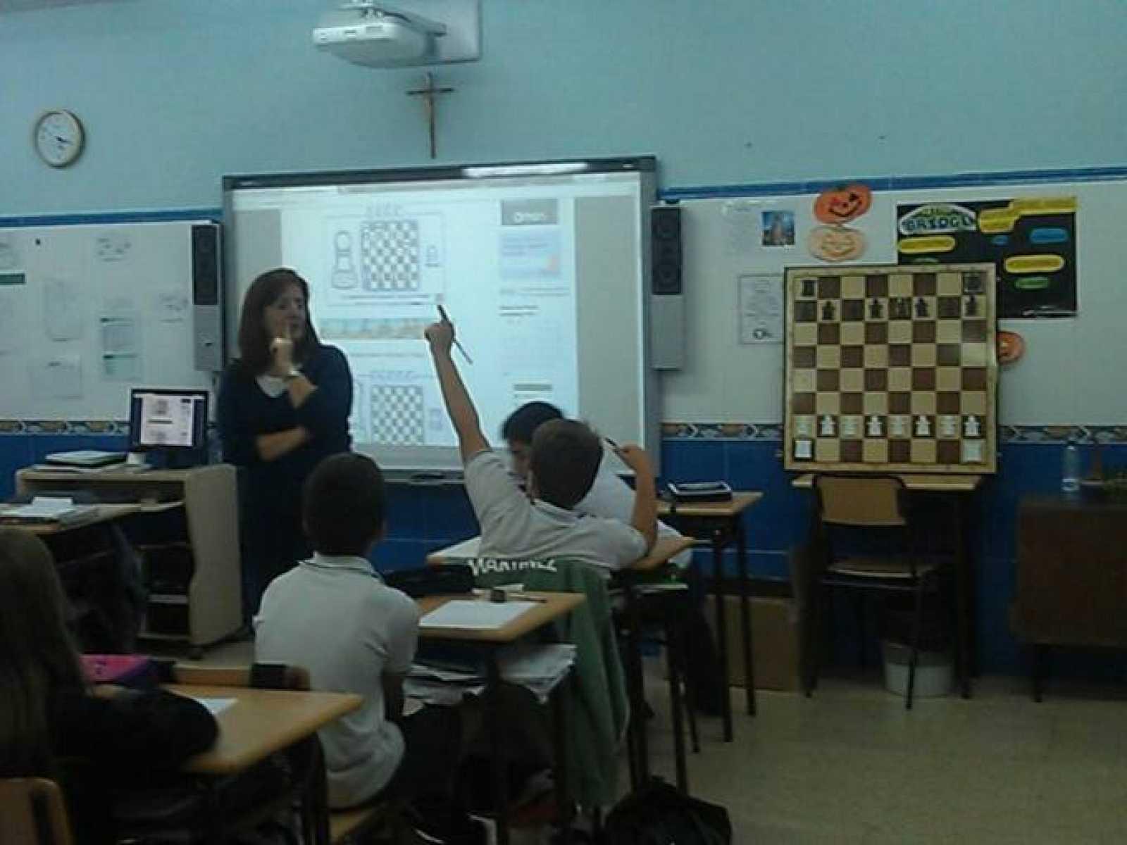 Imagen de una de las clases de ajedrez en el colegio Santa Francisca Javier Cabrini.