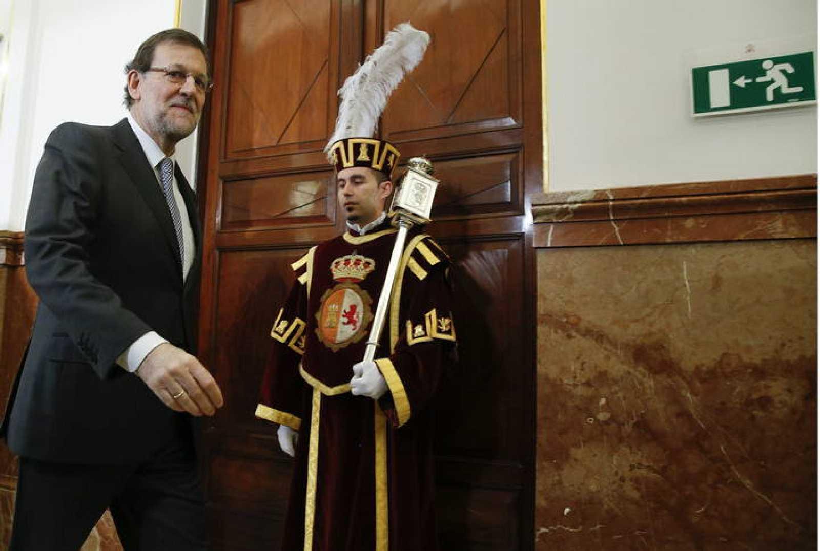Mariano Rajoy, a su llegada al Congreso de los Diputados, pasa junto a un macero.