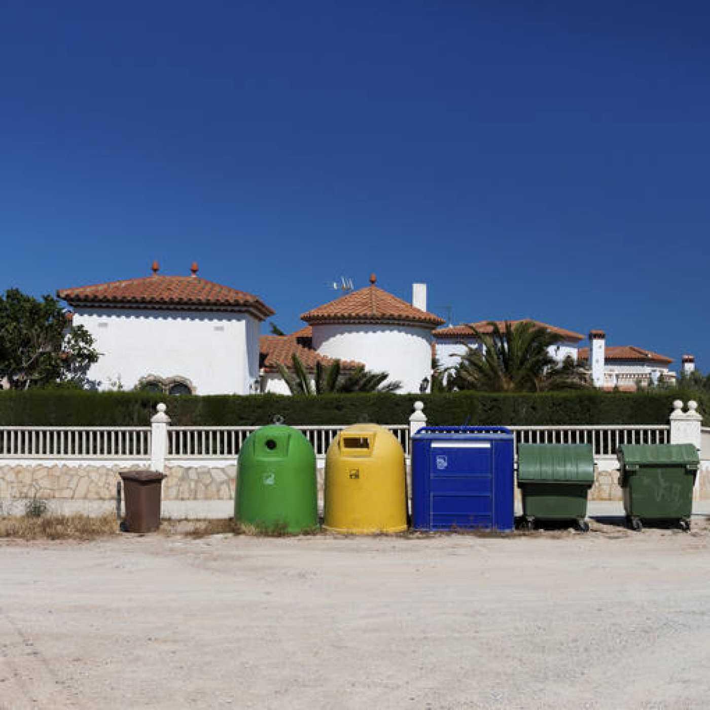 Contenedores para separar los residuos.
