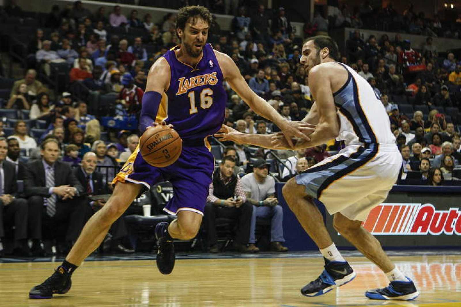 Pau Gasol (i) de los Lakers ante los Kosta Koufos (d) de los Grizzlies