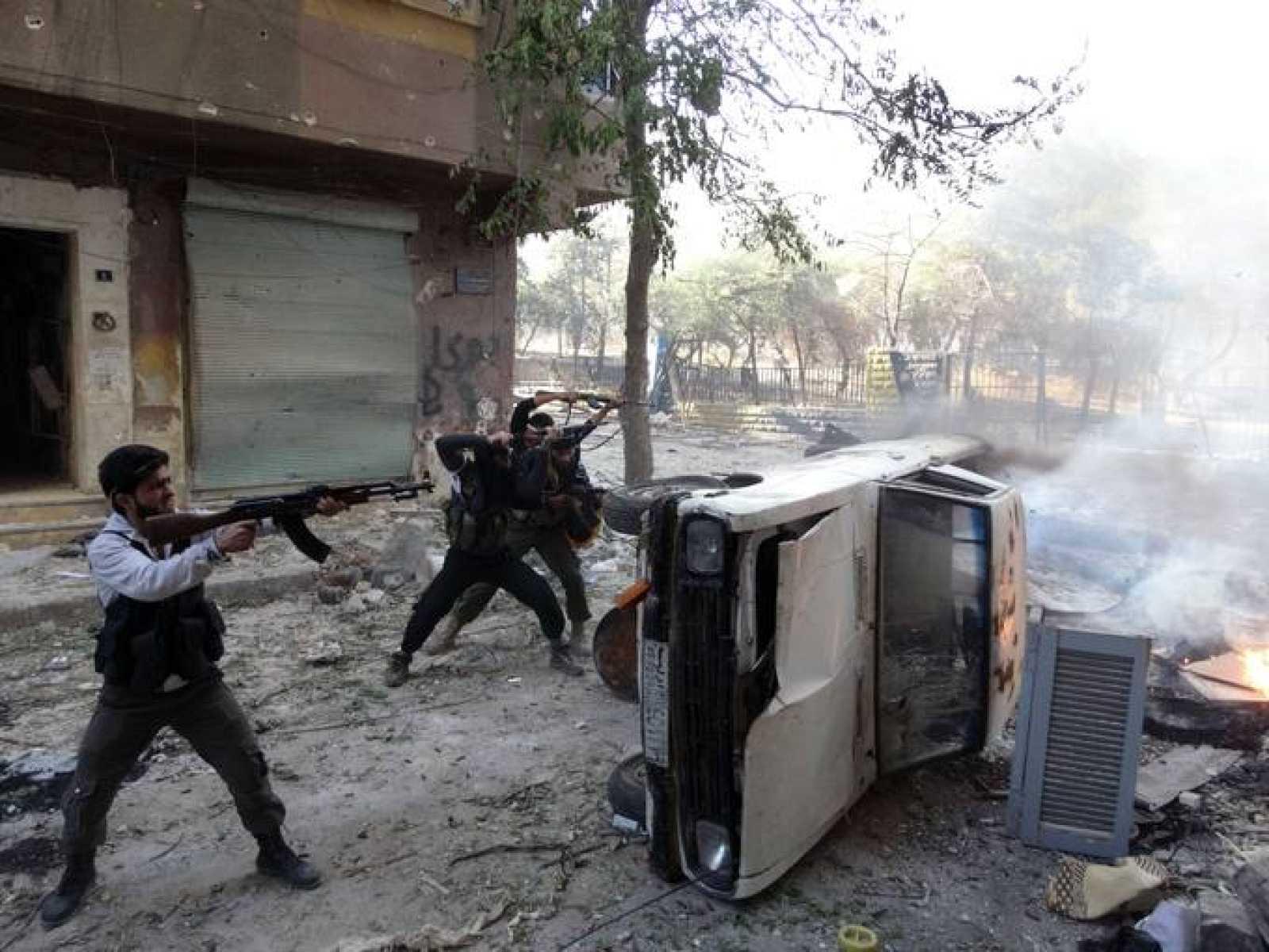 Rebeldes sirios abren fuego en el distrito de Saladino, en Alepo, en una imagen de octubre de 2013