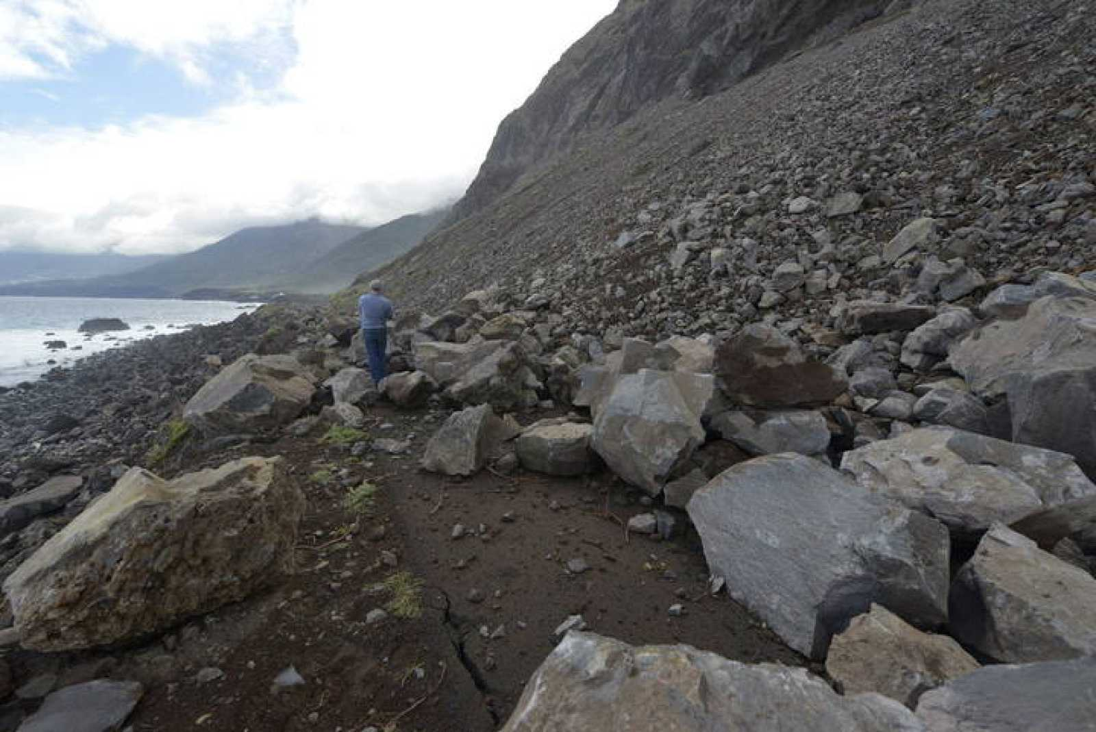 Daños del terremoto del viernes 27 de diciembre en la carretera de Arenas Blancas (El Hierro).
