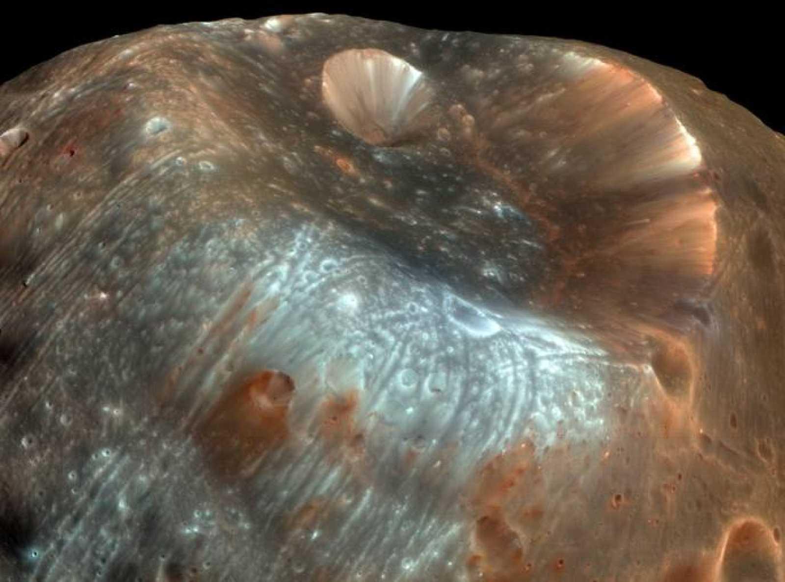 Cráter Stickney, el más grande de Fobos, con 9 kilómetros de diámetro.