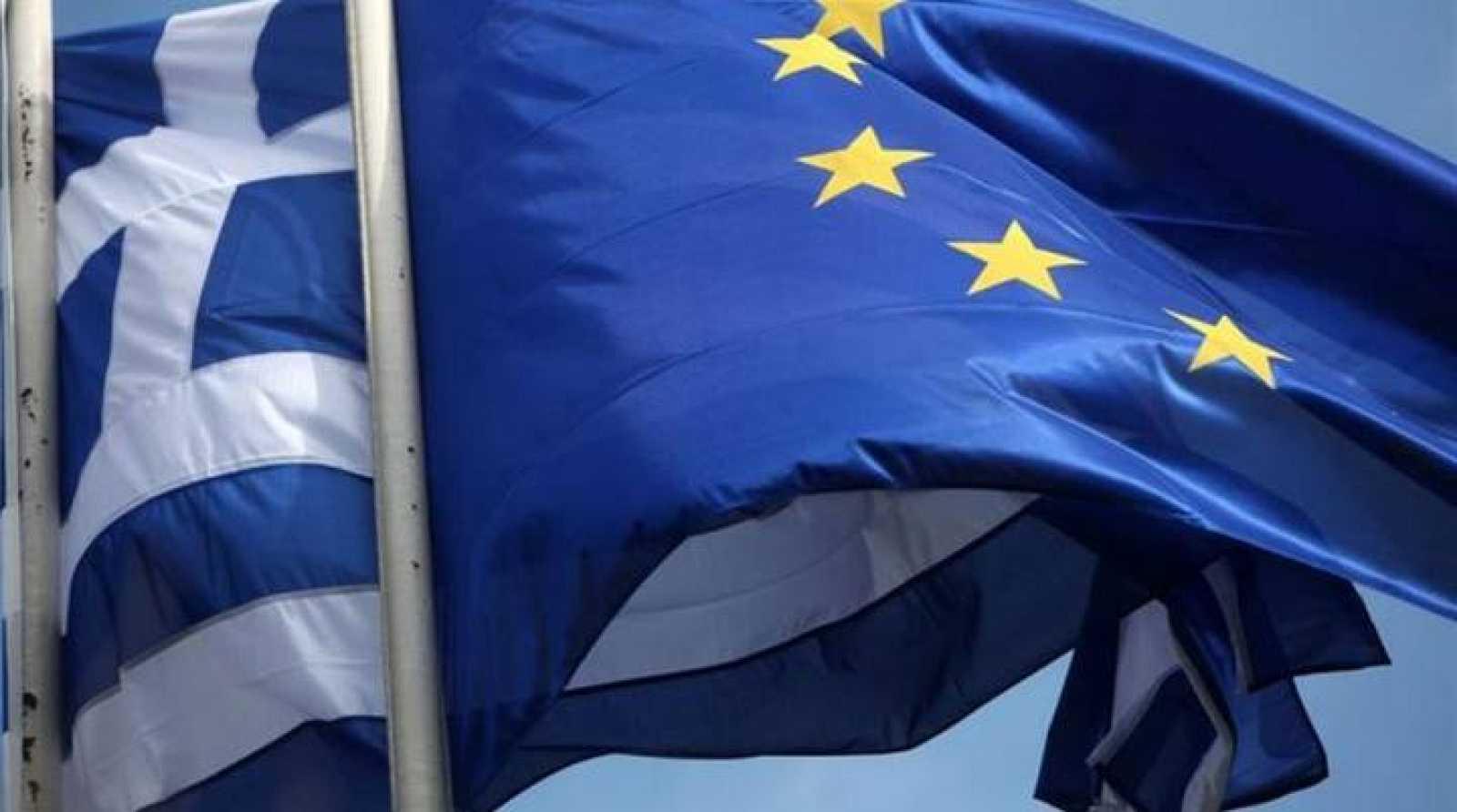 Banderas de Grecia y la UE, enlazadas