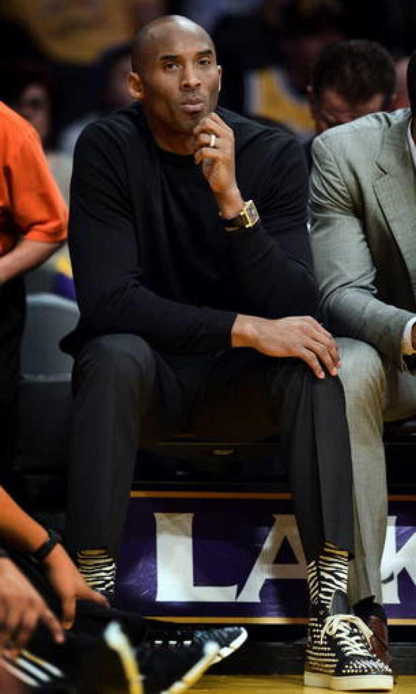 El jugador de los Lakers Kobe Bryant ha visto desde el banquillo los últimos partidos de Pau Gasol y su equipo.