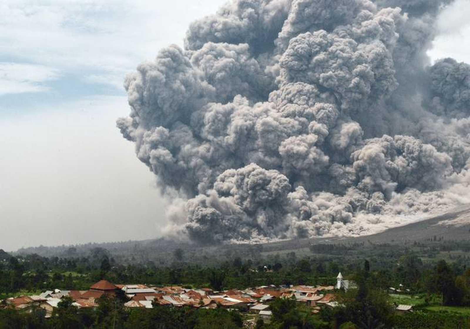 El volcán Sinabung escupe lava y cenizas sin descanso en los últimos cuatro meses.