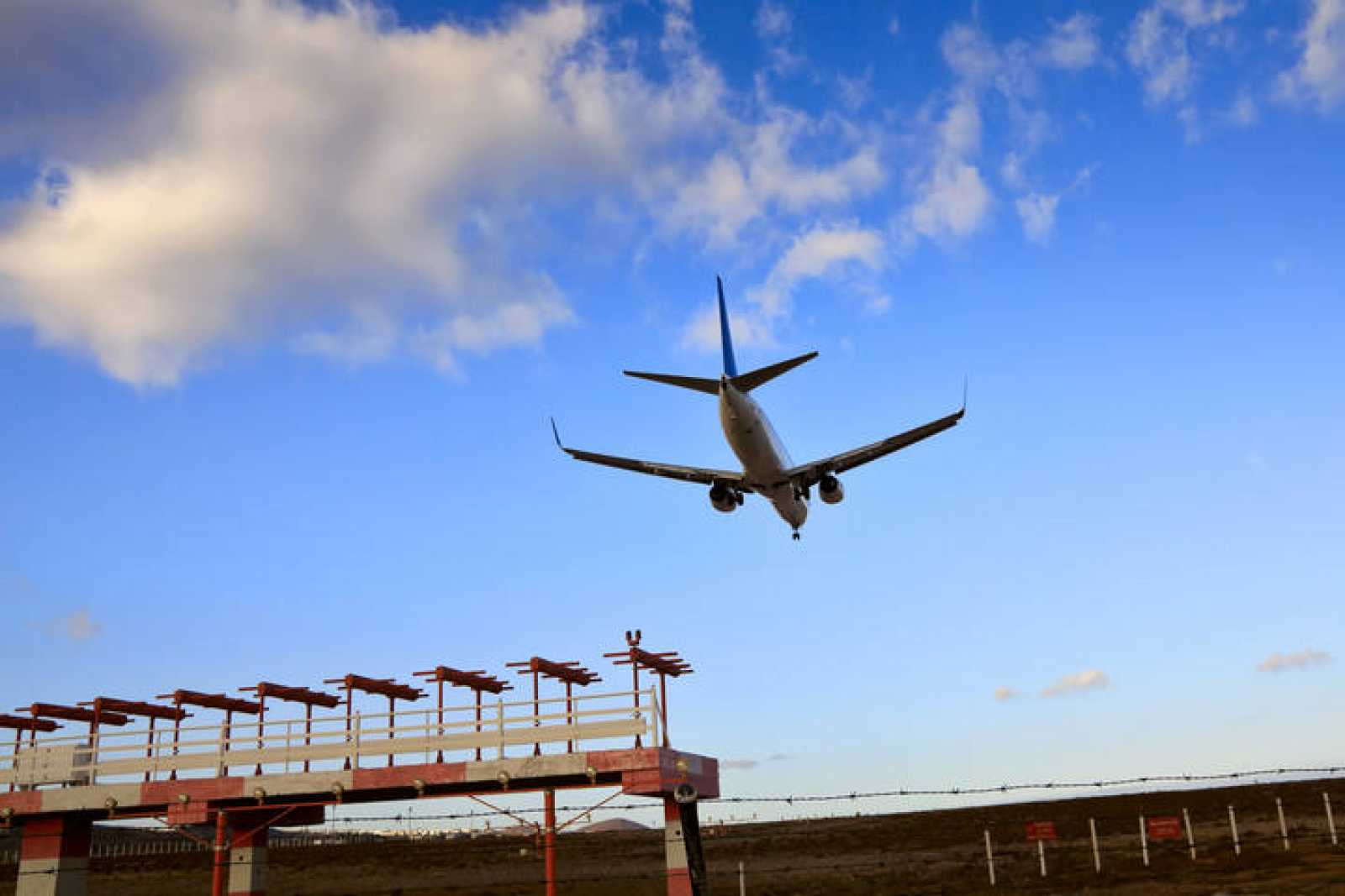 Un avión aterriza en el aeropuerto de Tenerife