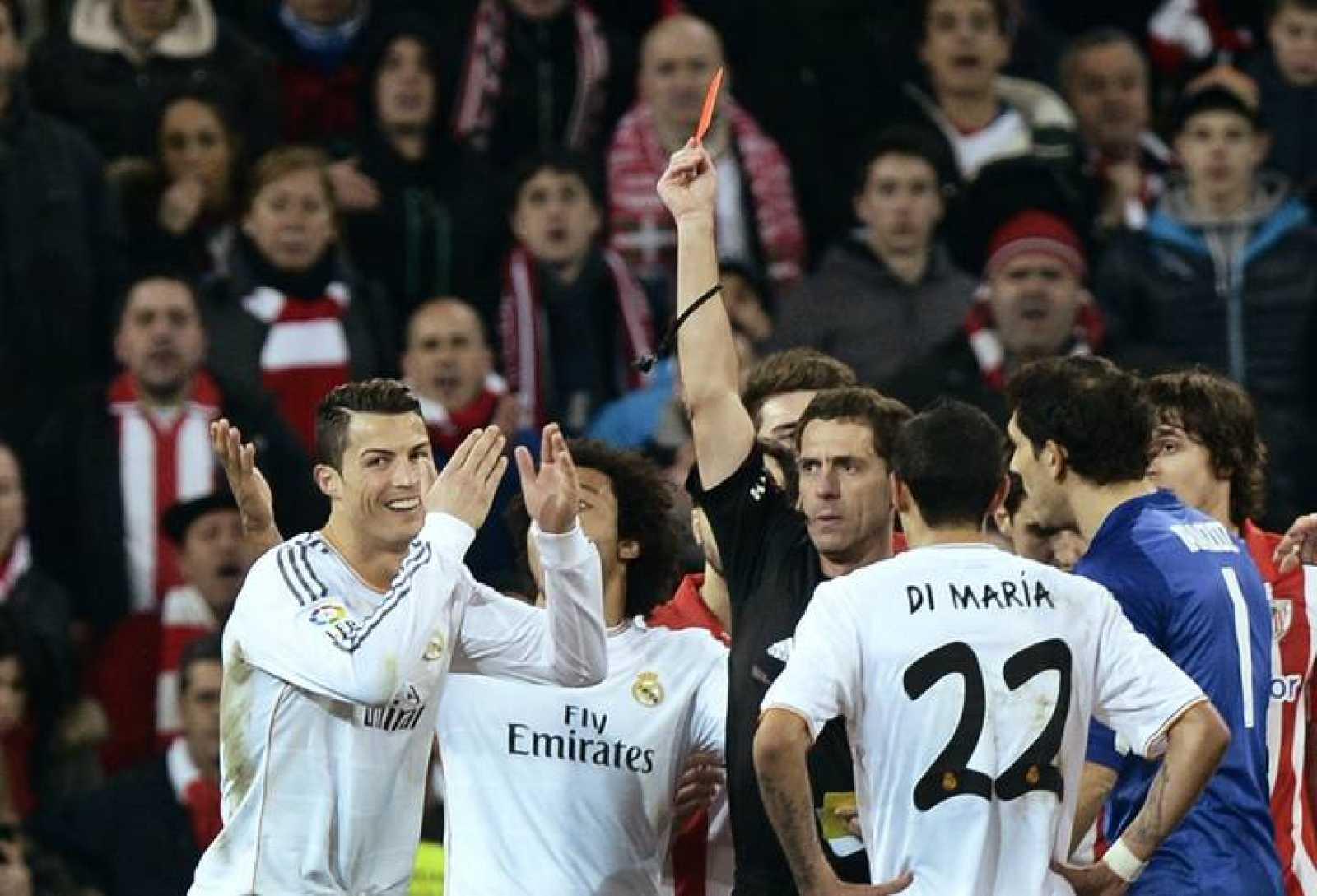 Cristiano Ronaldo protesta al ver la roja por parte de Ayza Gámez en el partido contra el Athletic