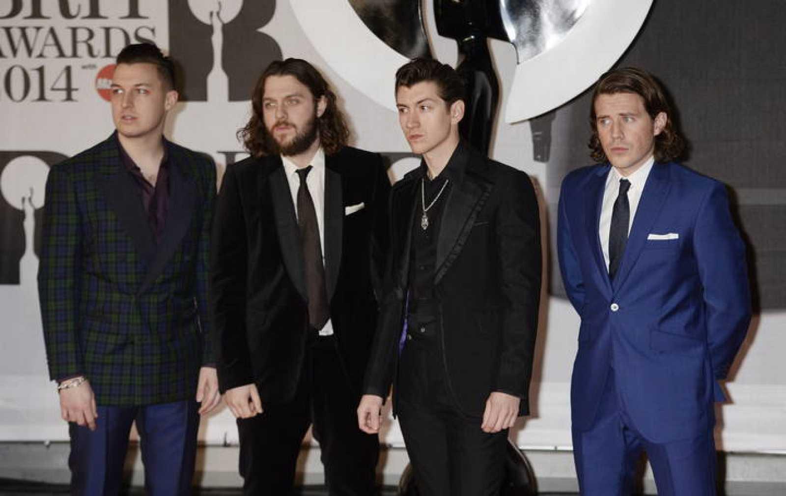 Los integrantes del grupo británico Artic Monkeys posan a su llegada a los Premios Británicos de la Música 2013, en el O2 Arena en Londres.