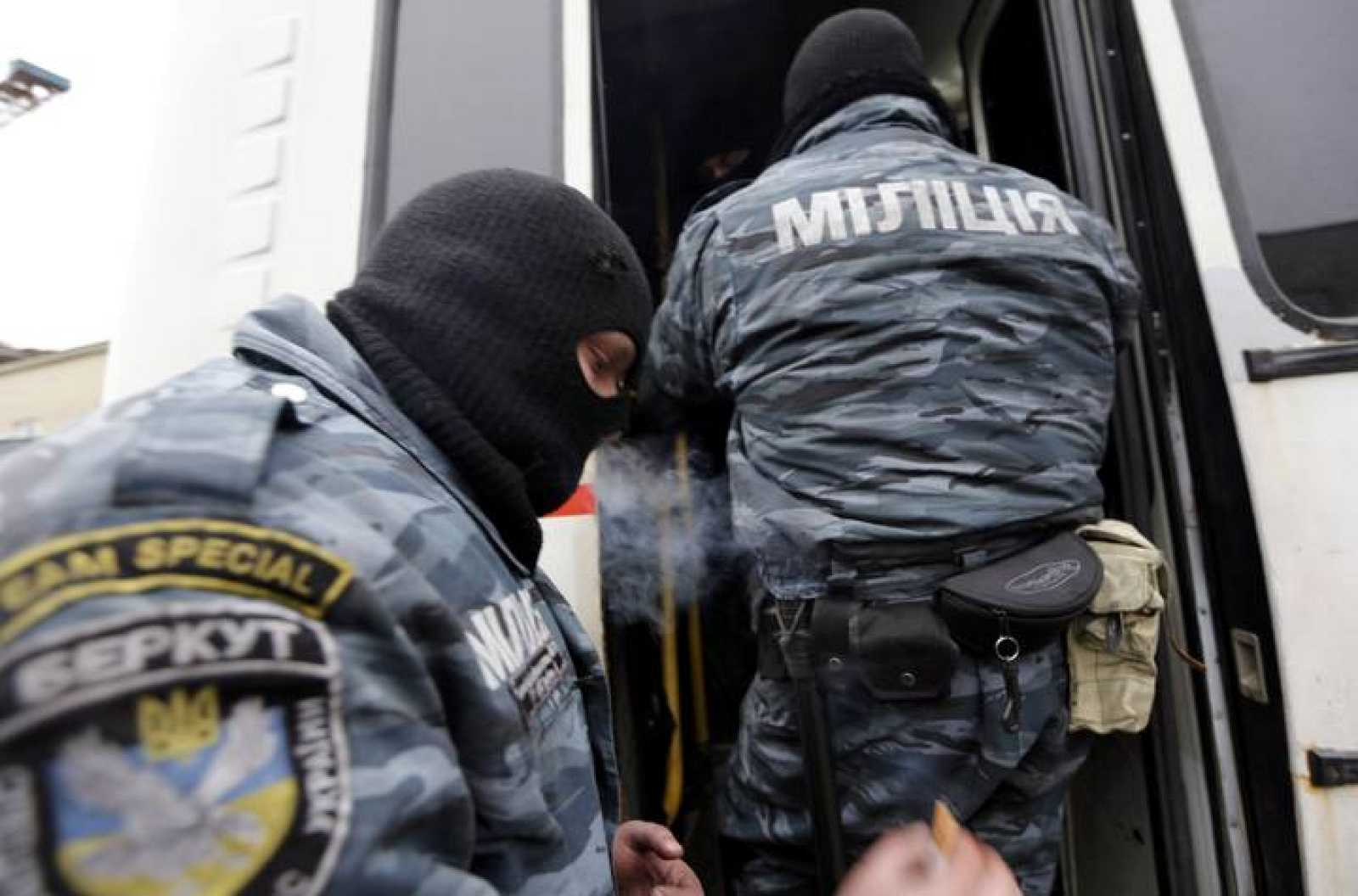 Miembros del 'Berkut' abandonan sus barricadas el pasado sábado.