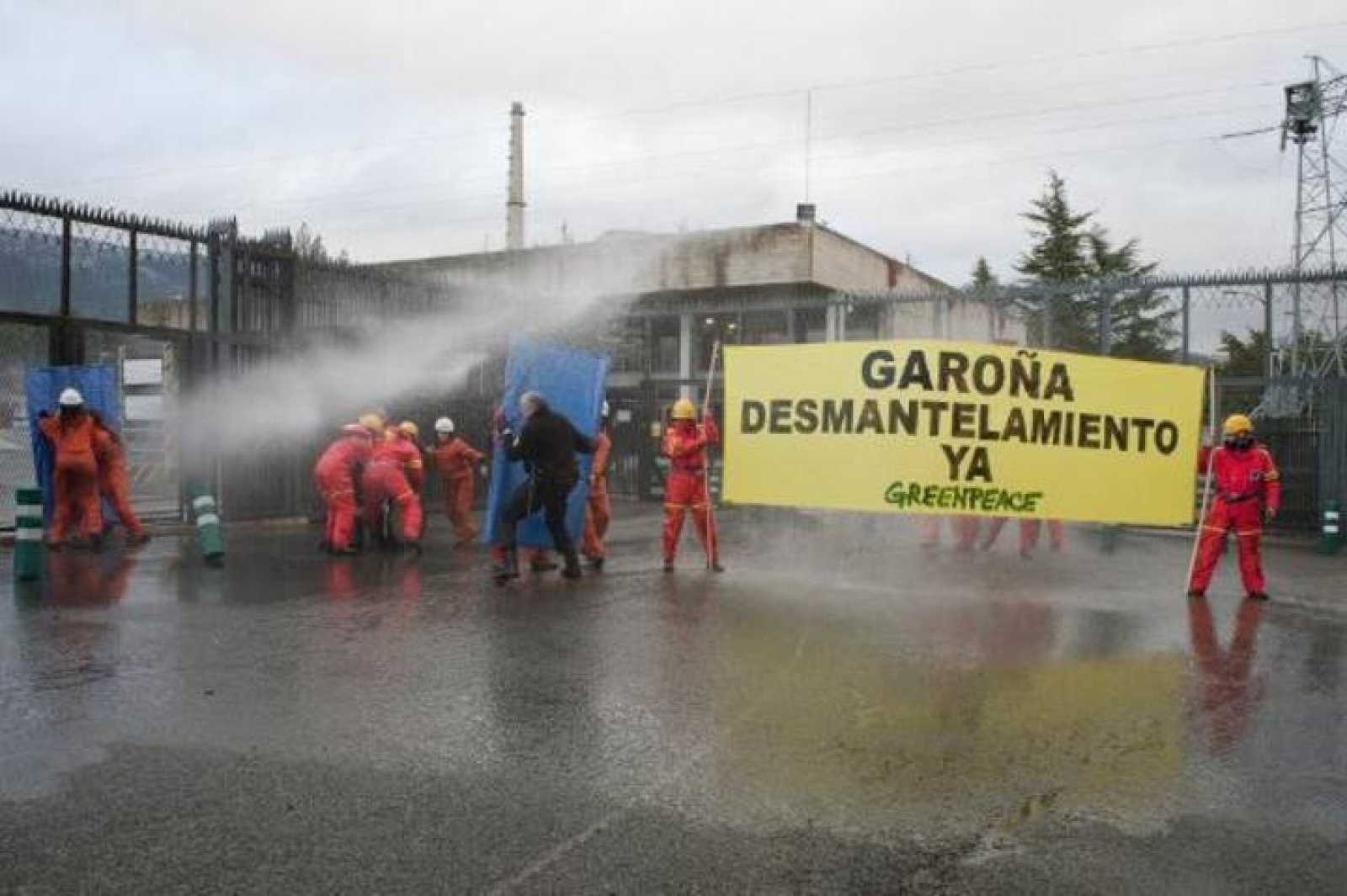 Los activistas de Greenpeace durante la acción en la central nuclear de Garoña.