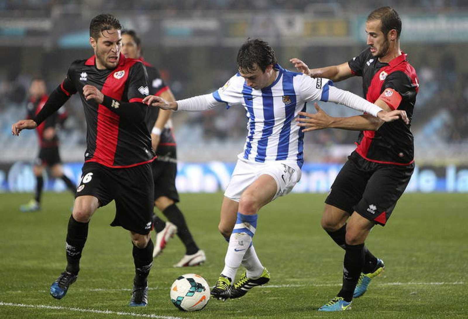 Rubén Pardo (c), lucha un balón con Rubén Rochina (i) y Alejandro Gálvez.