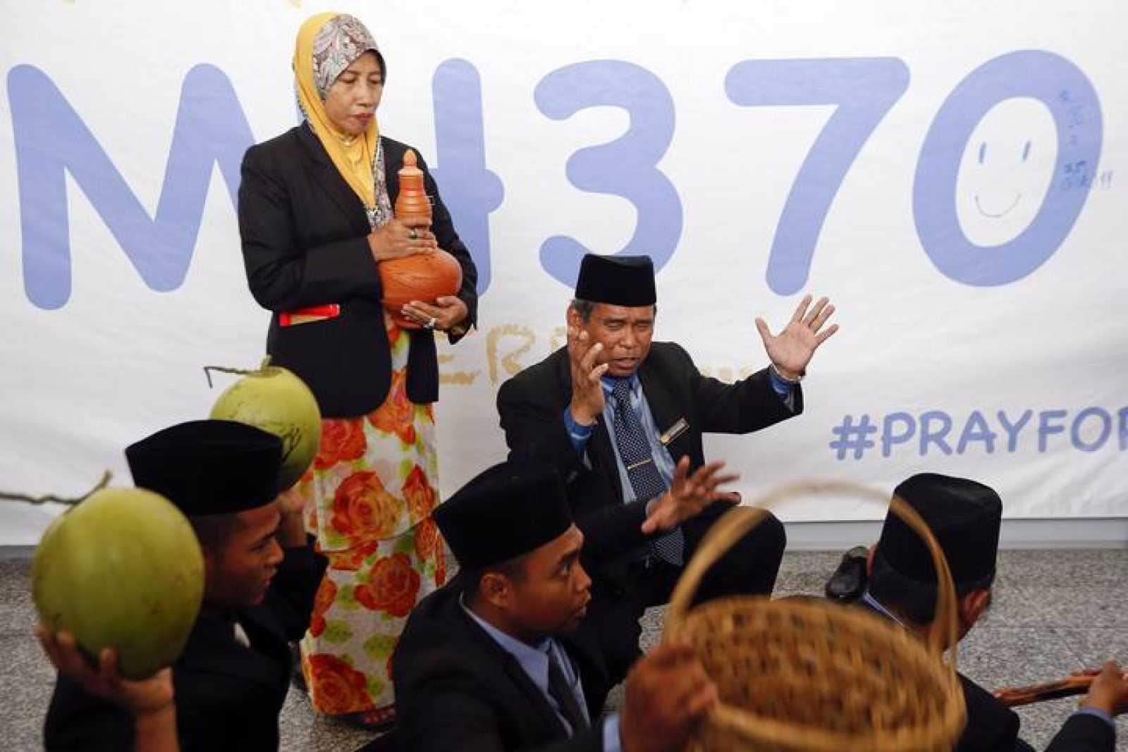El chamán Ibrahim Mat Zin realiza un ritual en el aeropuerto de Kuala Lumpur para ayudar en la búsqueda del avión de Malasia desaparecido.