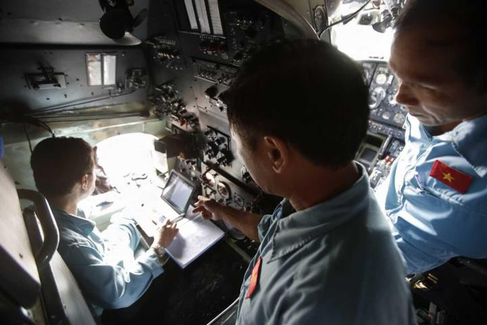 Militares vietnamitas participan en la búsqueda del avión de Malasya Airlines desaparecido
