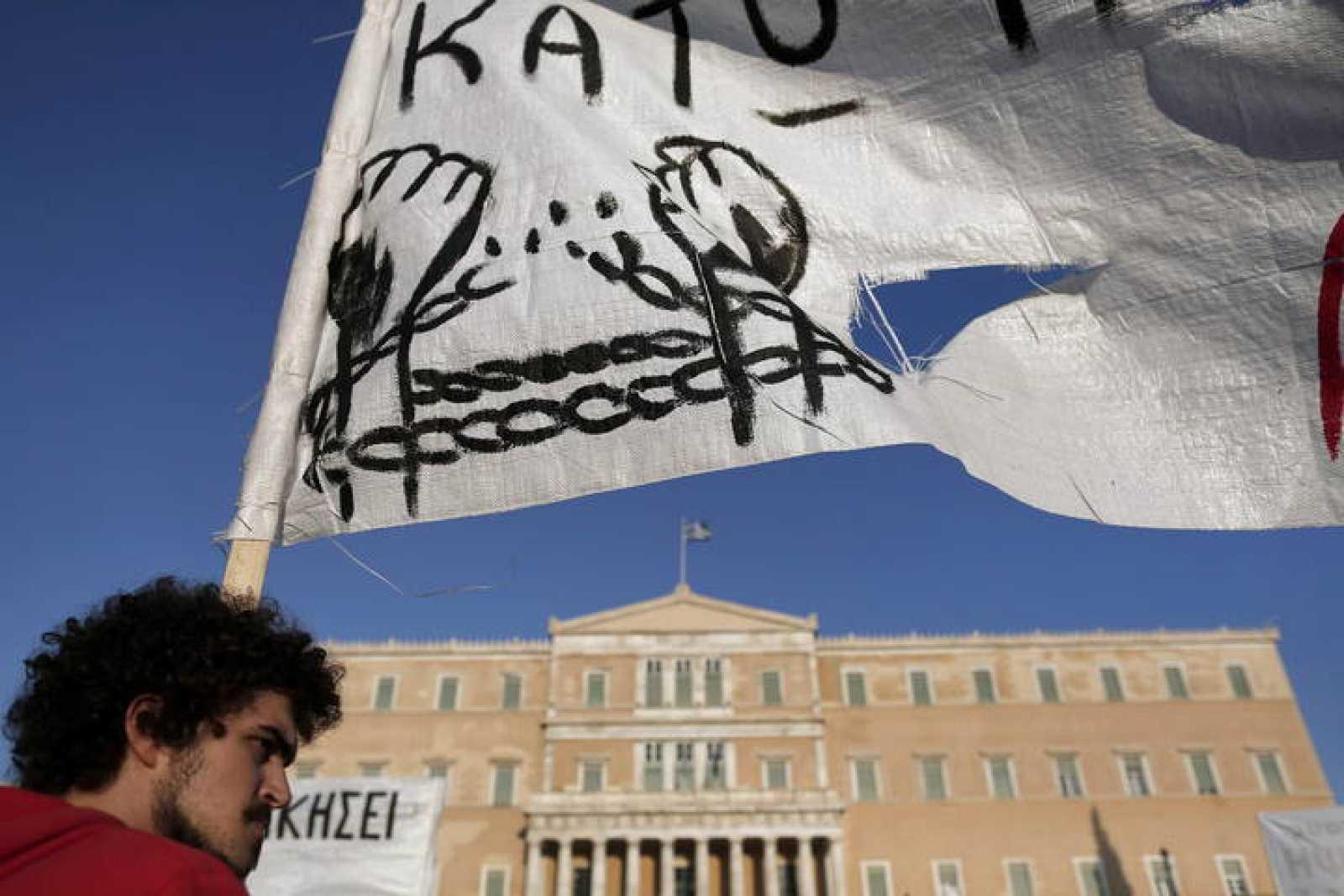 Uno de los manifestantes que se han concetrado este domingo frente al Parlamento griego