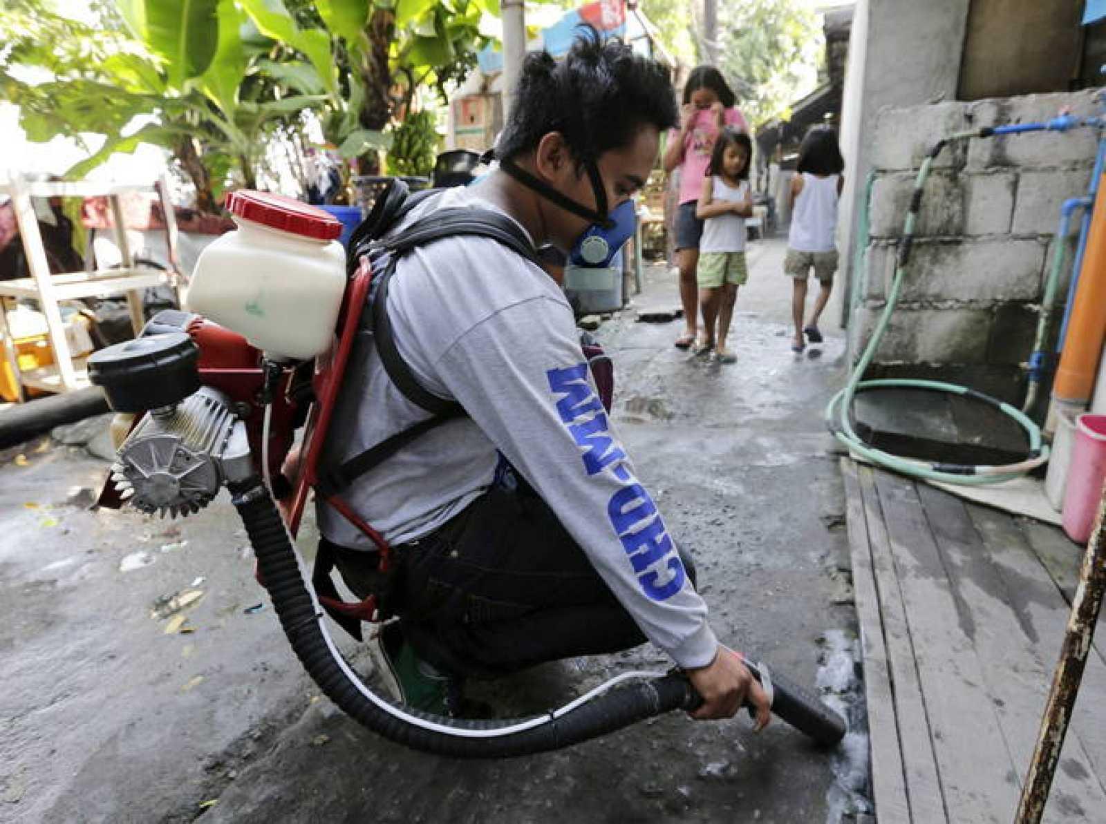 Un trabajador fumiga las calles de Manila (Filipinas) como medida para contener el dengue (Archivo)