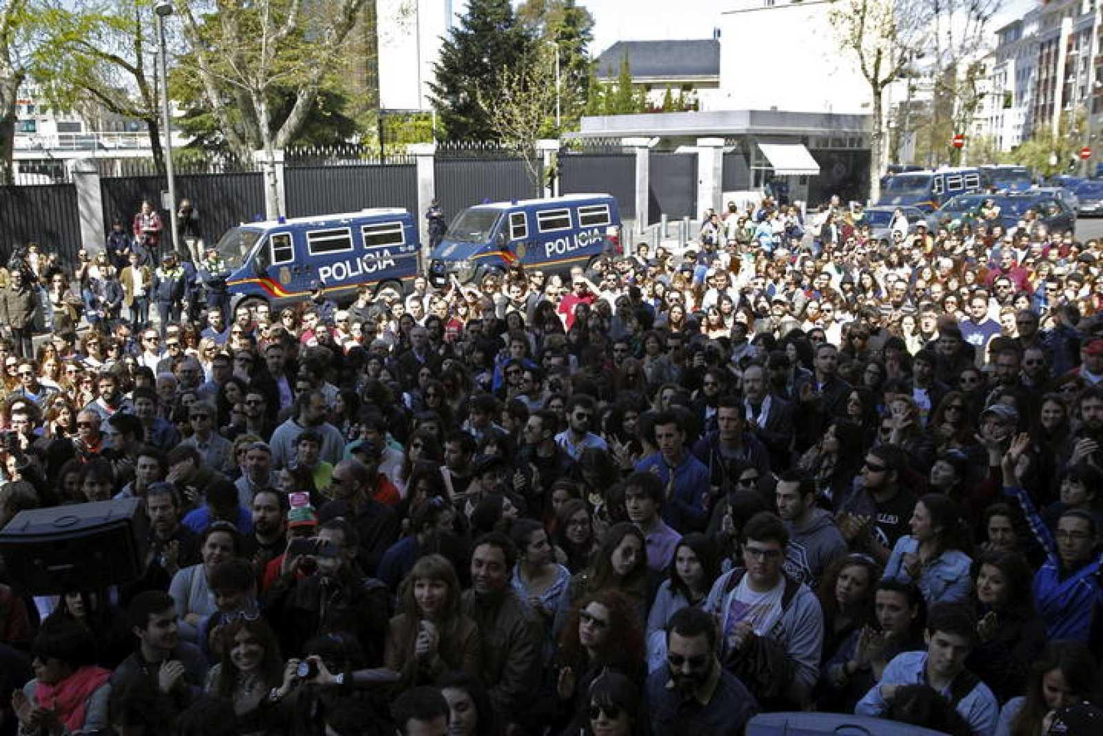 Familiares y amigos de José Couso frente a la Embajada de Estados Unidos en Madrid