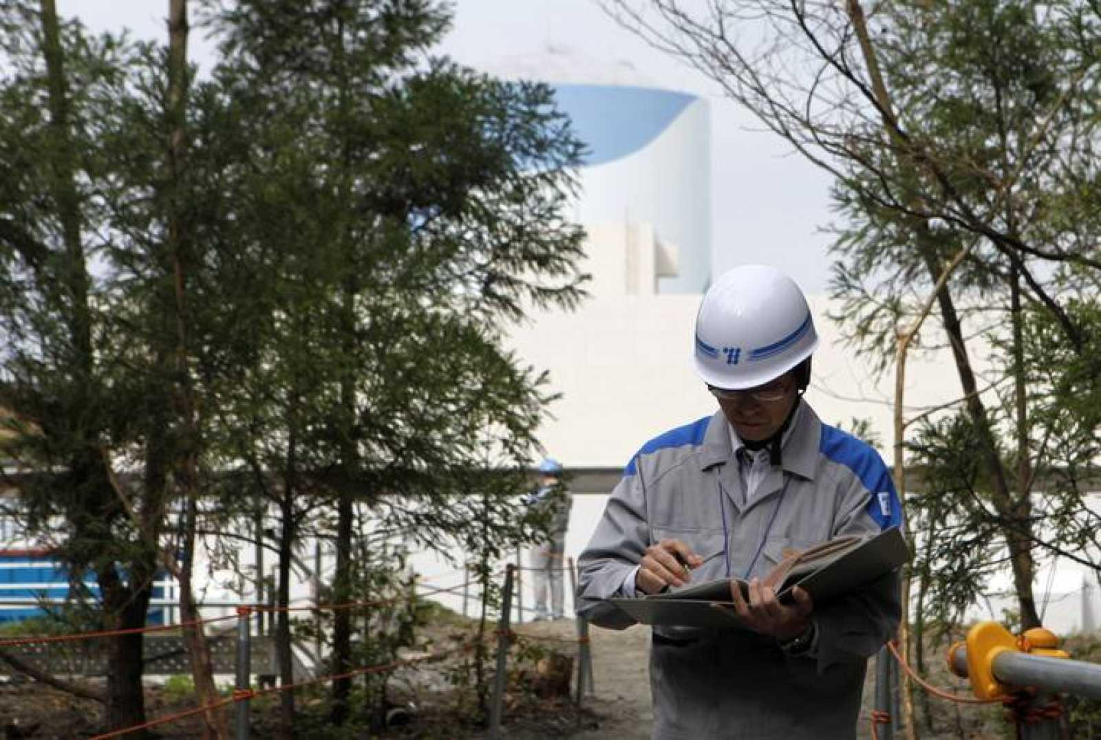 Un operario mira su libreta delante del reactor de la planta nucleatr de Satsumasendai, en la prefectura de Kagoshima (Archivo).