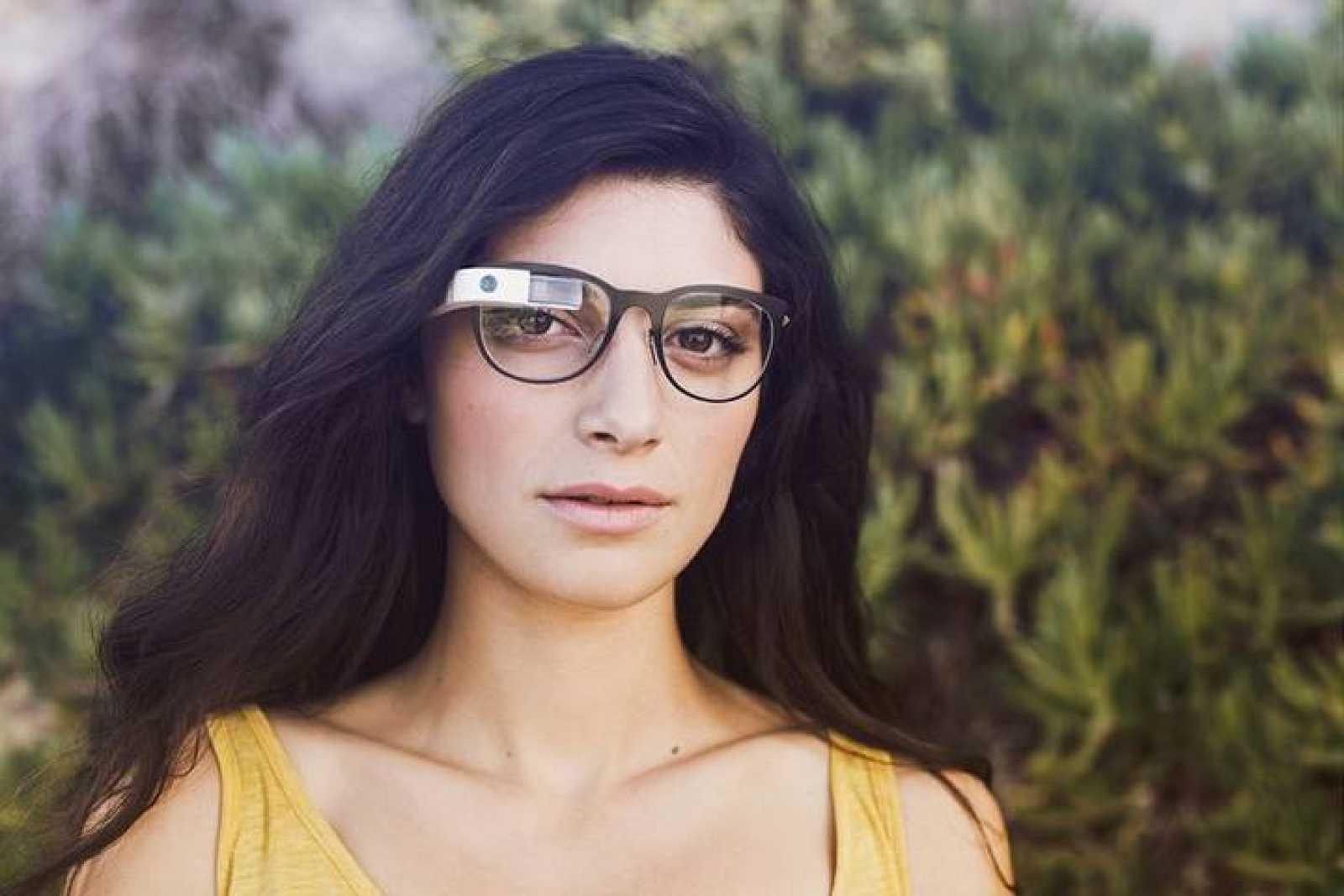 Una chica llevando las Google Glass Explorer.