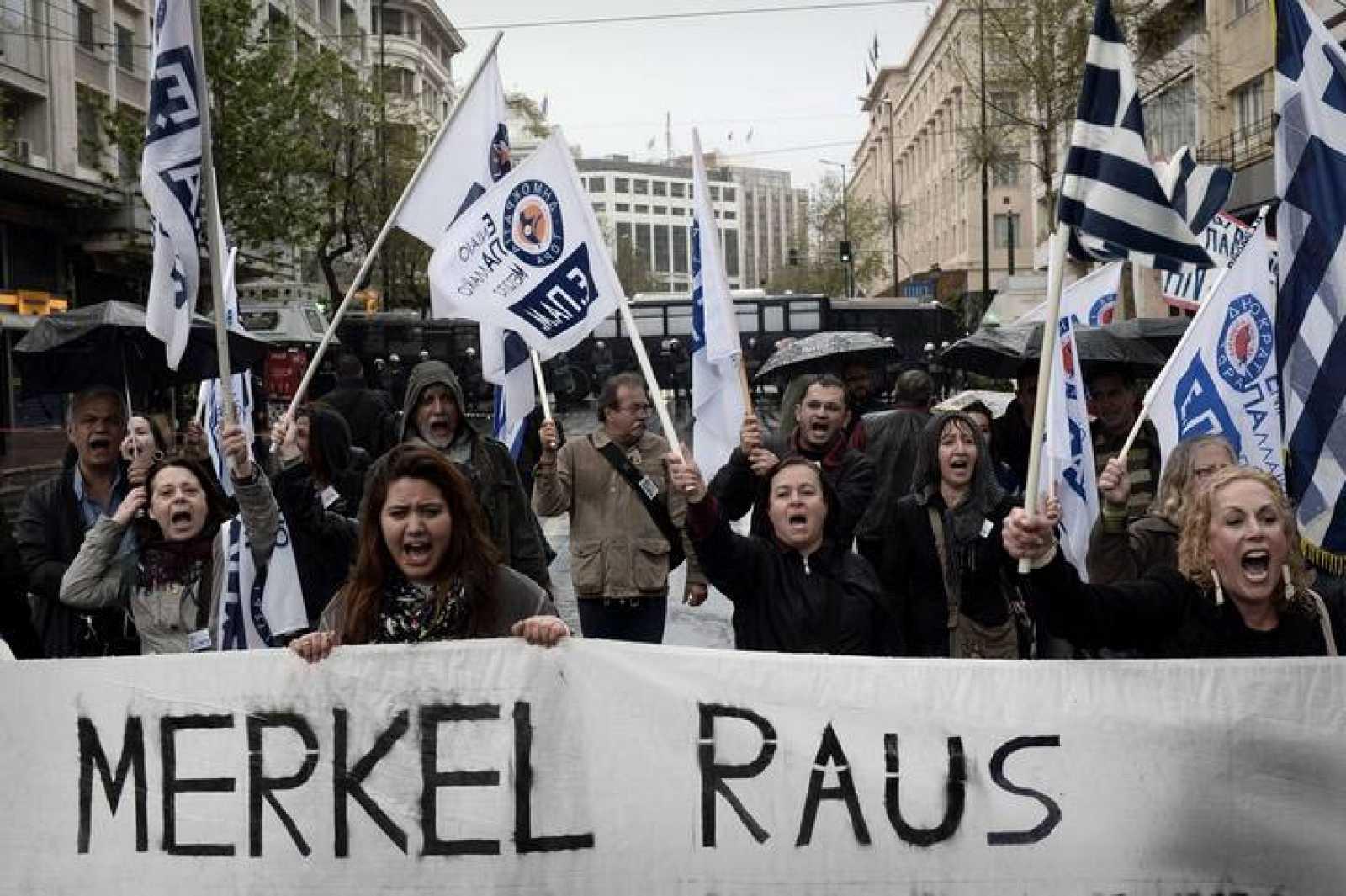 Manifestantes griegos protestan por la visita de Merkel a Atenas