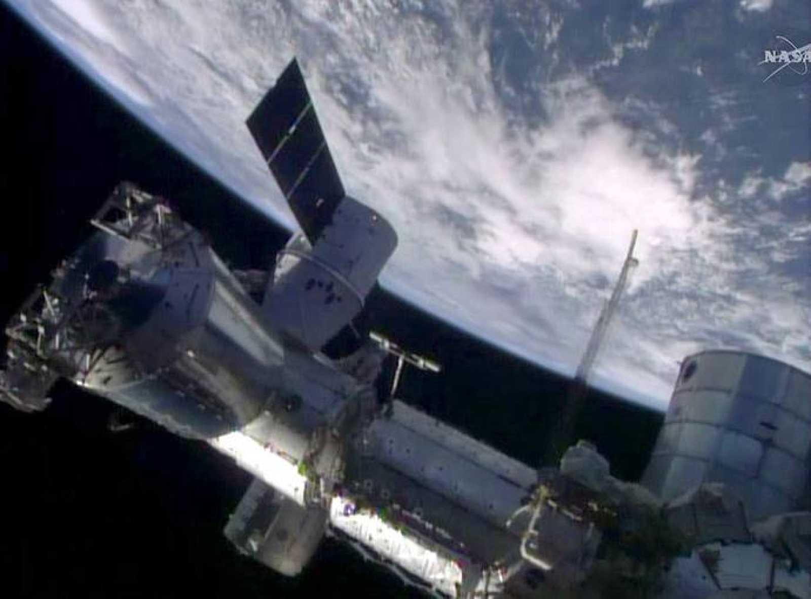 La cápsula 'Dragon' se acopla a la Estación Espacial Internacional