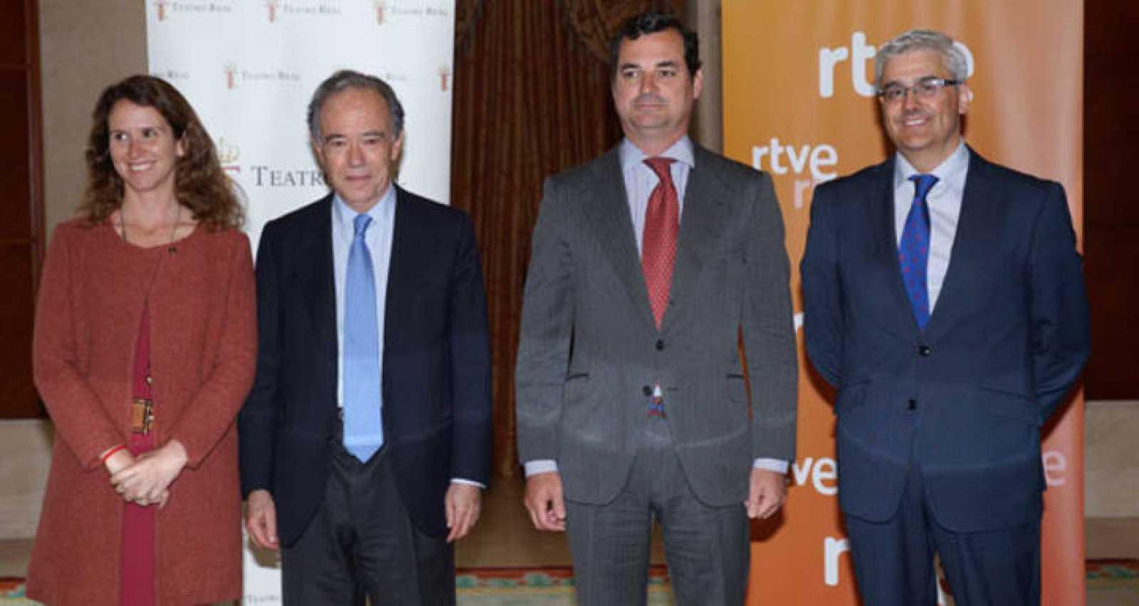 El presidente de la Corporación Rtve, Leopoldo González-Echenique, durante la firma del convenio junto a la dirección del Teatro Real.