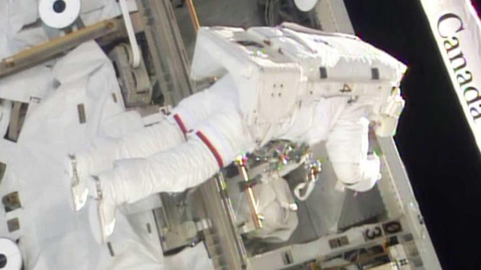 Uno de los astronautas trabajando en la sustitución del ordenador estropeado.
