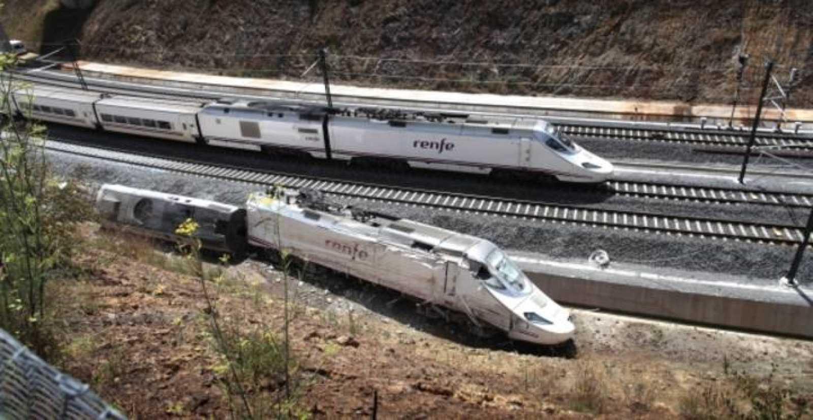 Imagen del tren Alvia descarrilado antes de llegar a Santiago de Compostela el 24 de julio de 2013.