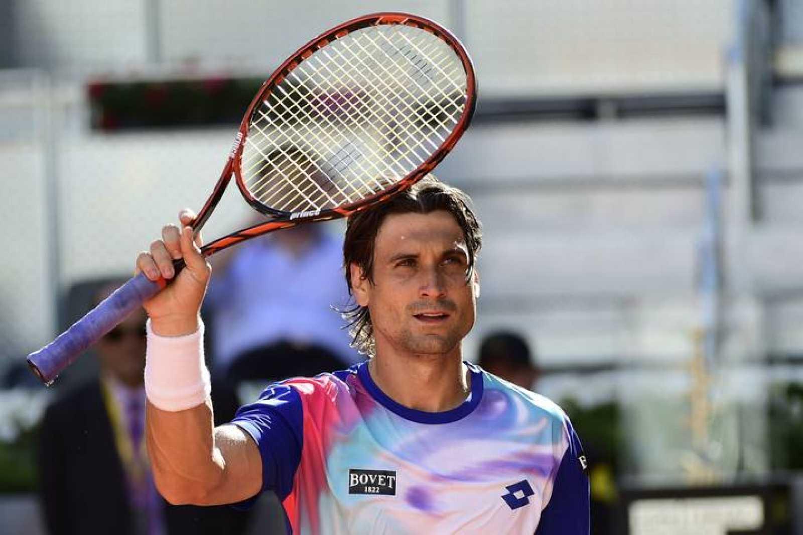 El tenista español David Ferrer saluda tras vencer a Albert Ramos
