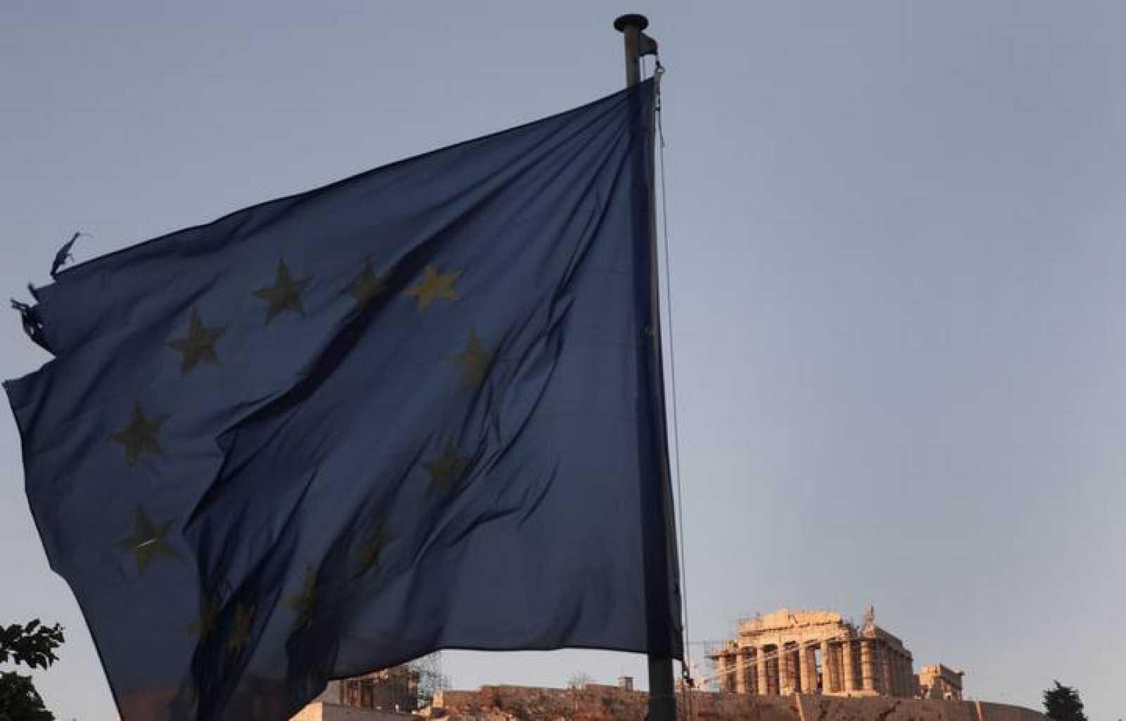 Una bandera de la UE ondea con el Partenón al fondo