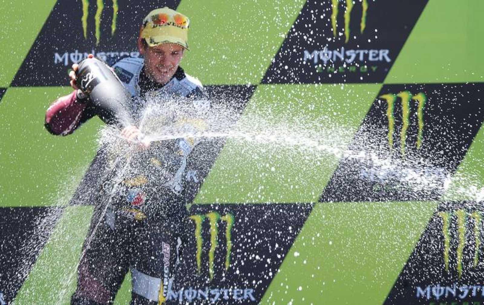 El finlandés Mika Kallio celebra su victoria en Le Mans