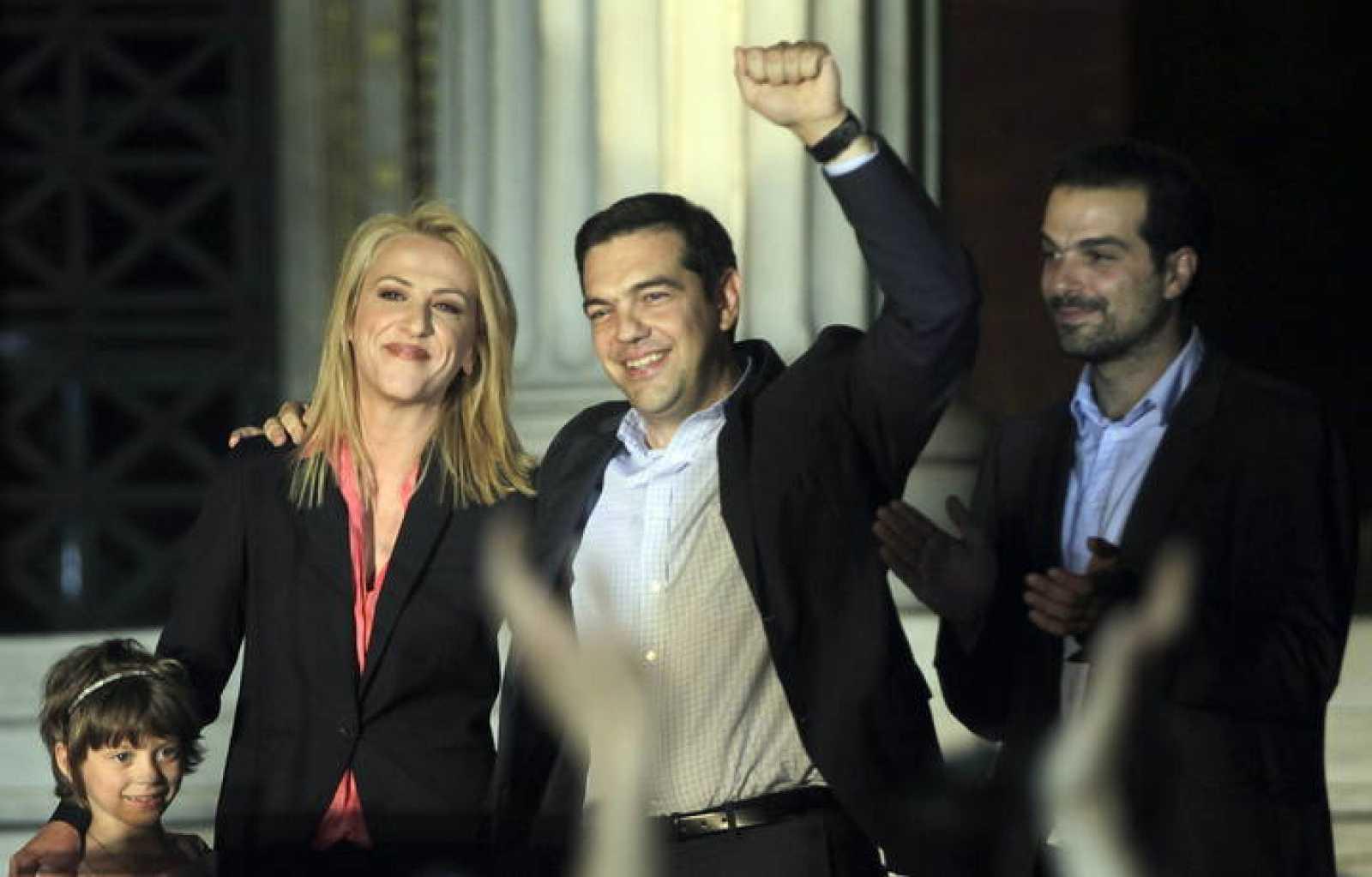 El líder de Syriza, Alexis Tsipras, saluda a sus seguidores en Atenas