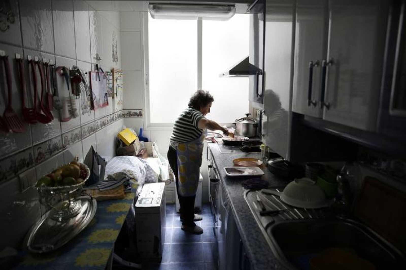 Una pensionista hace la comida y sostiene económicamente a sus hijos