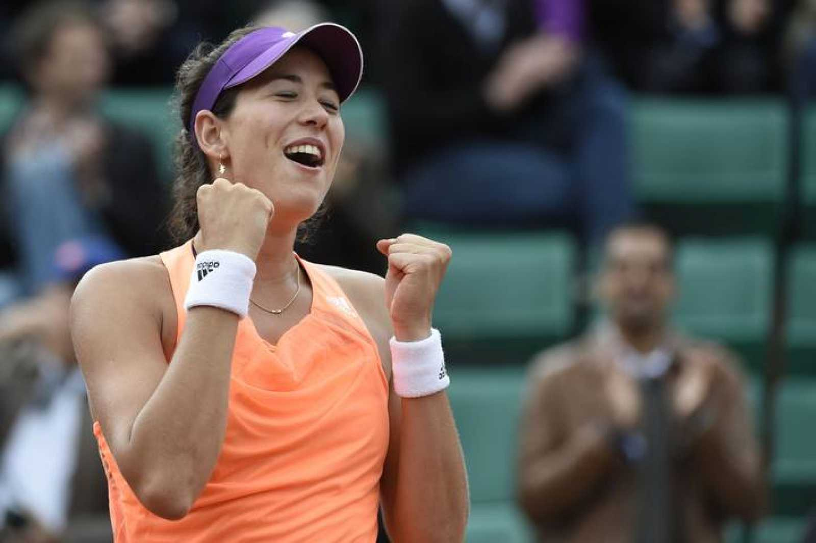 Garbiñe Muguruza celebra su triunfo sobre Serena Williams en Roland Garros