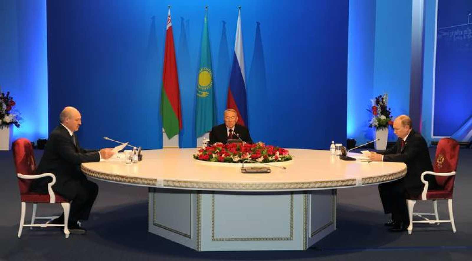 De derecha a izquierda, Vladímir Putin, presidente de Rusia; Nursultán Nazarbáyev, de Kazajstán; y Alexander Lukashenko, de Bielorrusia, durante la firma del acuerdo de Unión Económica Euroasiática