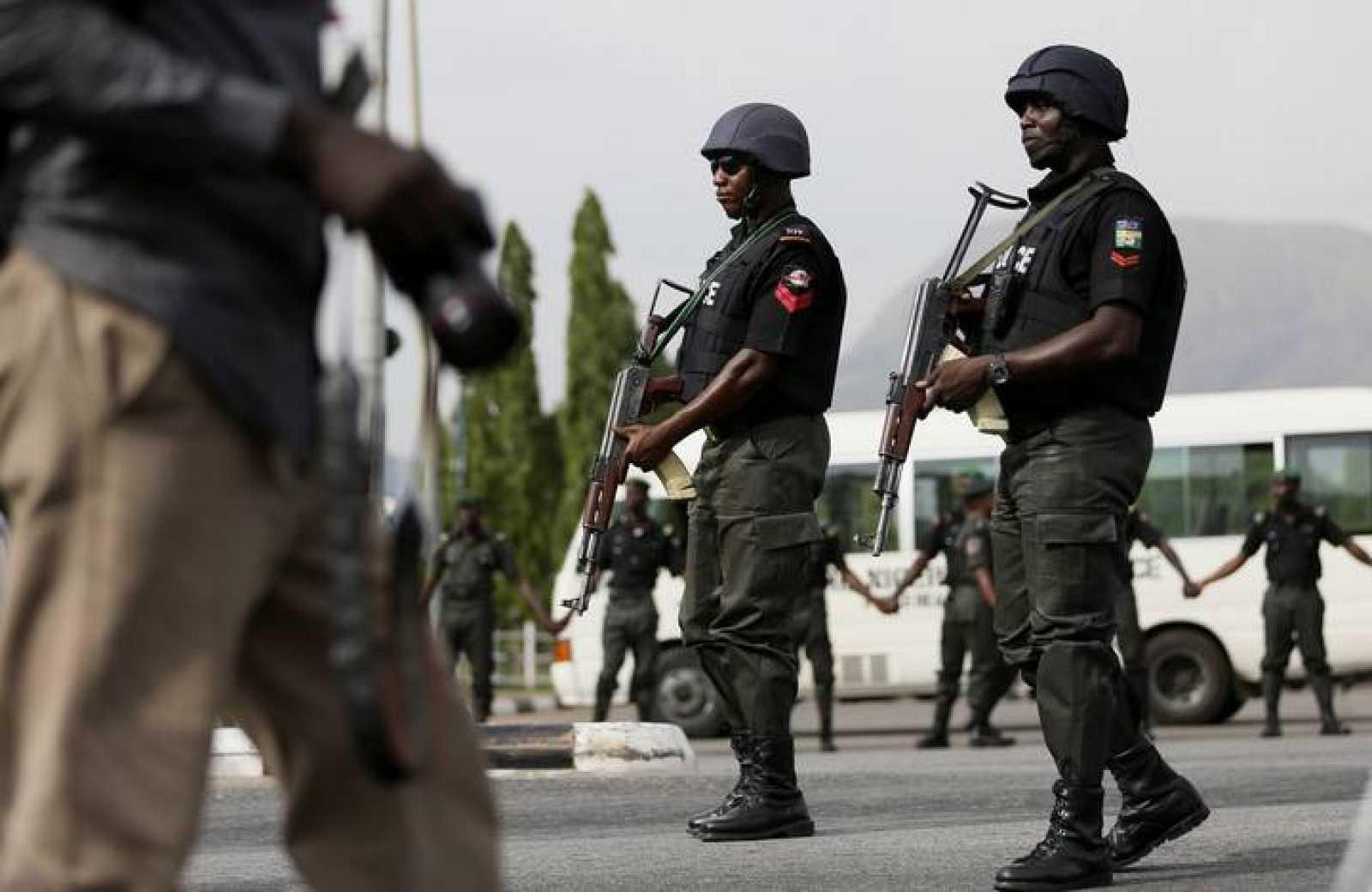 Oficiales de Policía patrullan en la capital de Nigeria, Abuja, en una foto de archivo