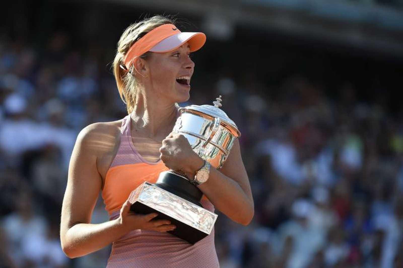Maria Sharapova posa con su trofeo de Roland Garros 2014