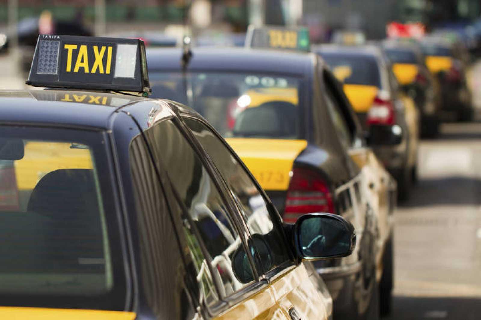 Taxis en Barcelona esperando clientes