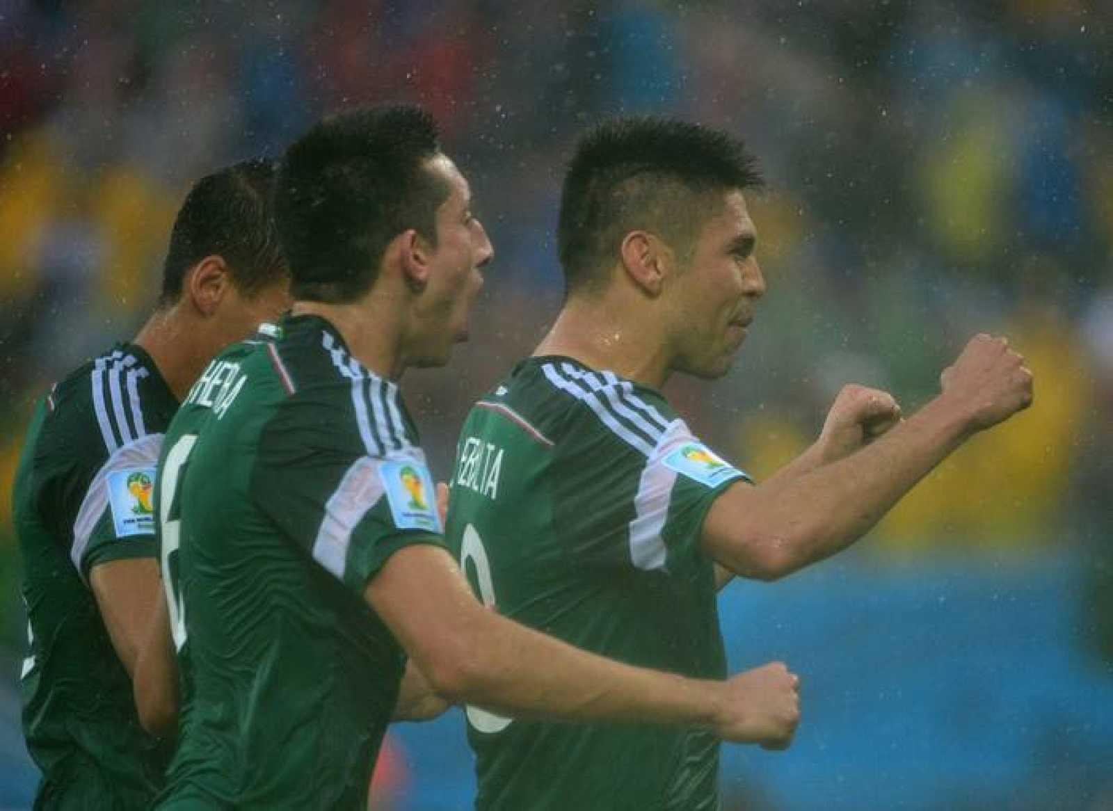 El mexicano Oribe Peralta celebra el gol marcado ante Camerún