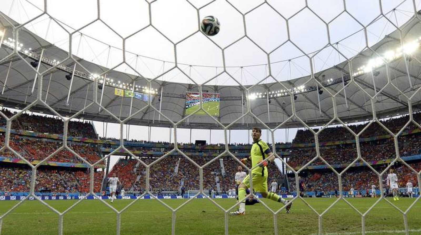 Casillas observa la red tras encajar un gol en contra.