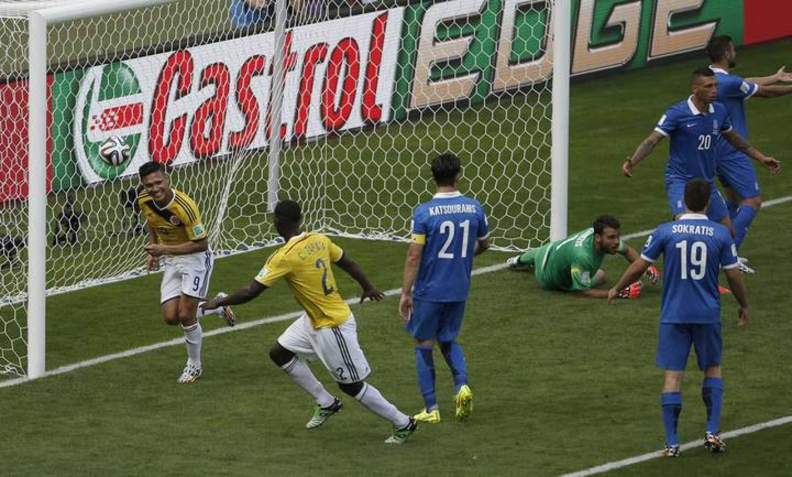 Teofilo Gutierrez celebra el segundo gol de la selección colombiana.