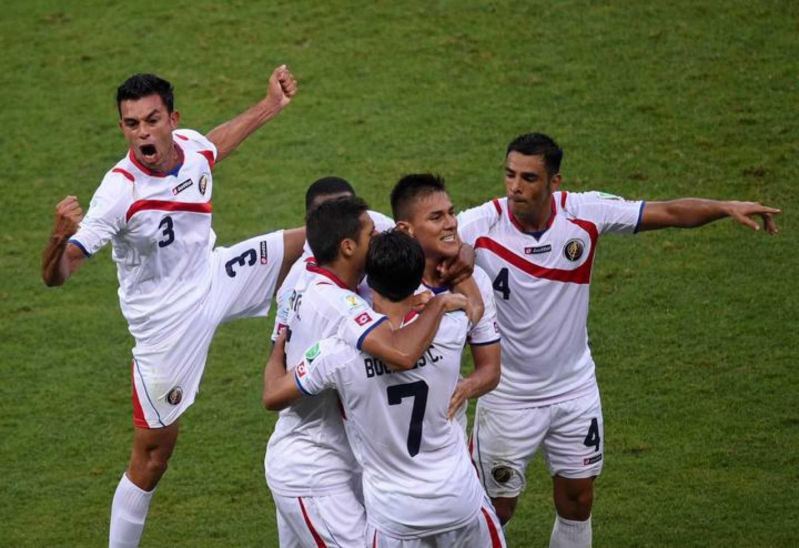 Duarte celebra con sus compañeros el segundo gol de Costa Rica frente a Uruguay.