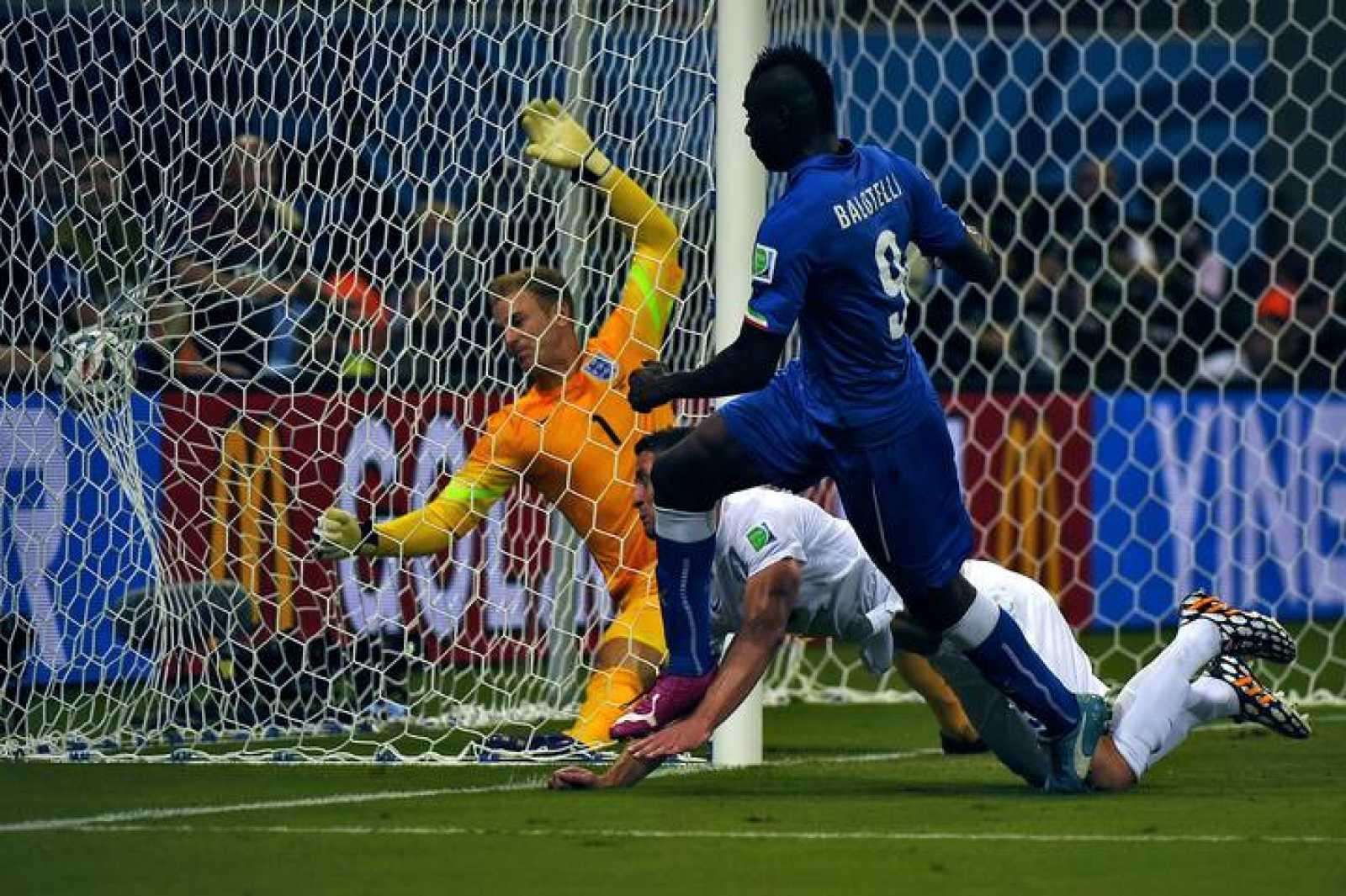 Balotelli remata a la red el segundo gol de Italia a Inglaterra.
