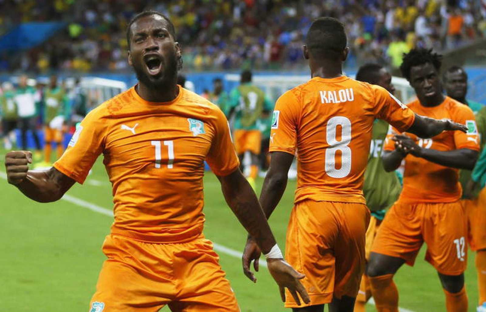 Didier Drogba (izquierda) celebra uno de los goles de Costa de Marfil sobre Japón (2-1)
