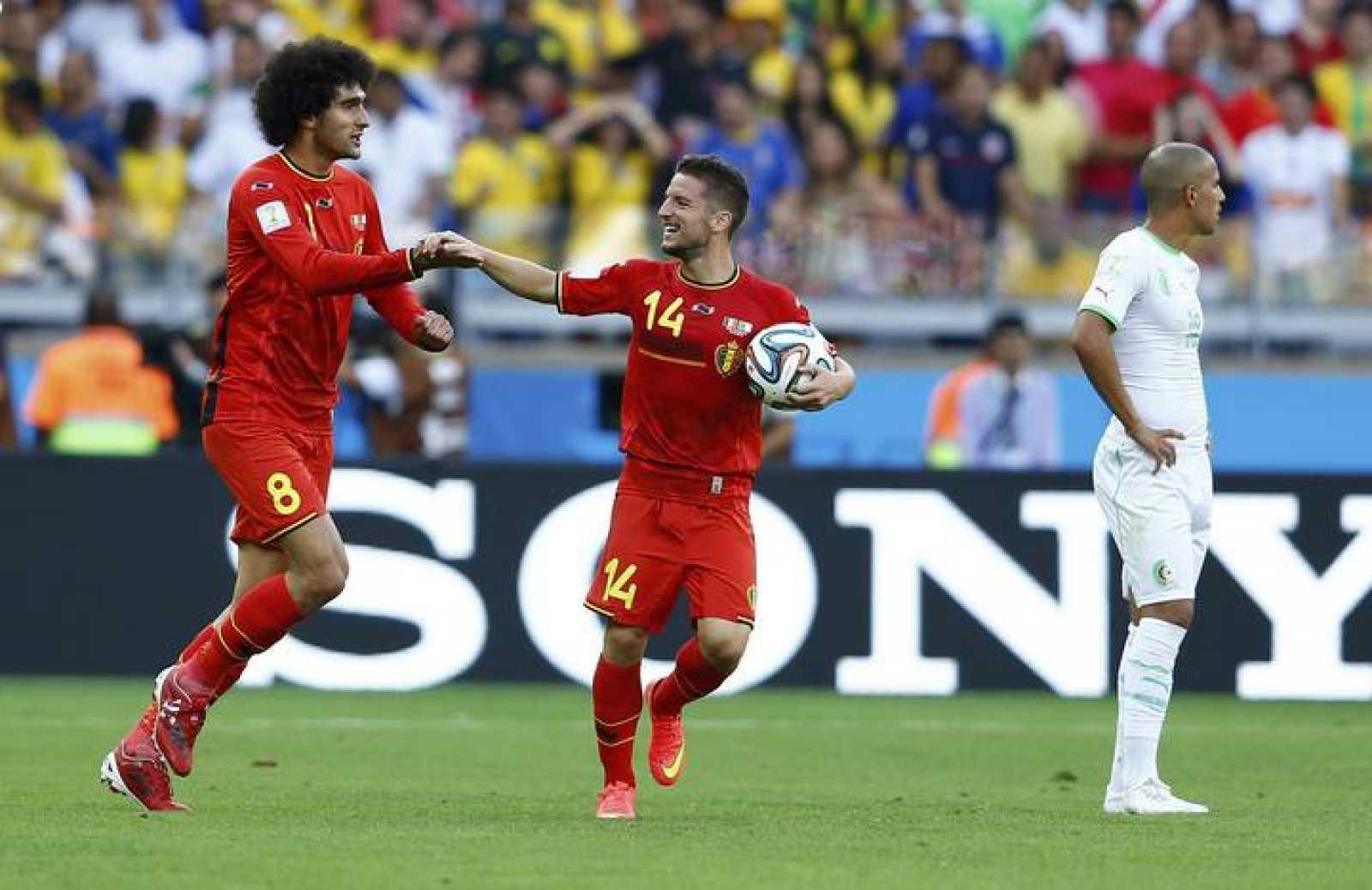 Fellaini y Mertens, los goleadores de Bélgica, celebran ante un desolado Feghouli, autor del gol de Argelia